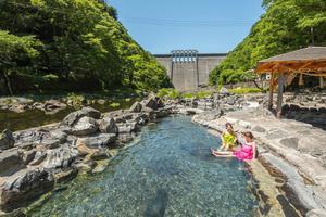 ダムの放流で水没する温泉